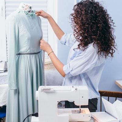 Женщина шьёт платье, мастер-класс