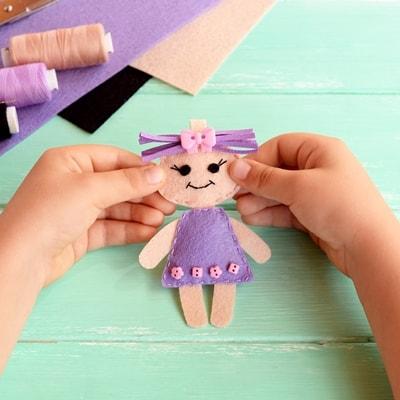 Ребёнок показывает, как своими руками сделать поделку, самодельную аппликацию