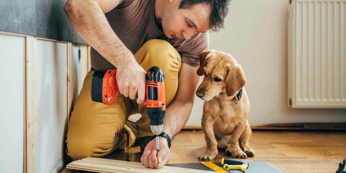 Мужчина ремонтирует дом