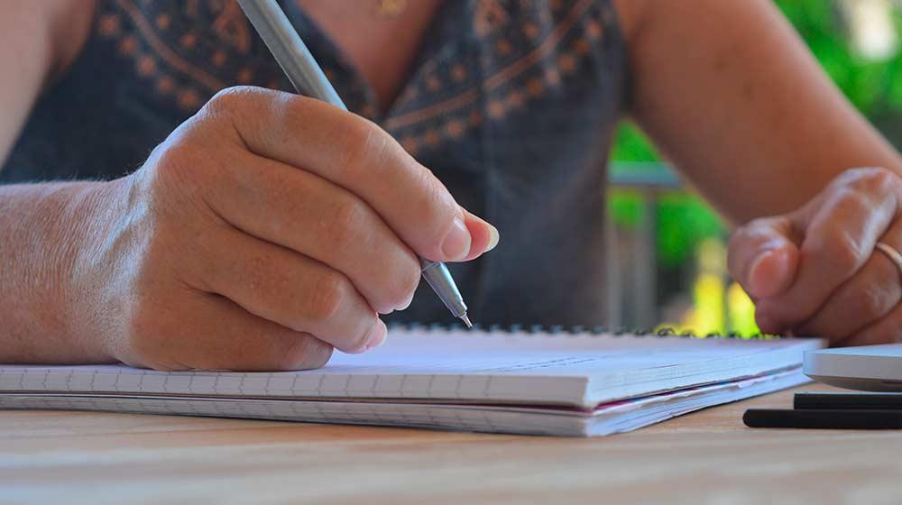 Человек изучает документы на участок