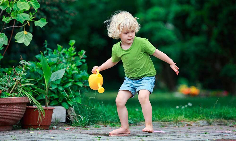 Ребёнок бегает с лейкой