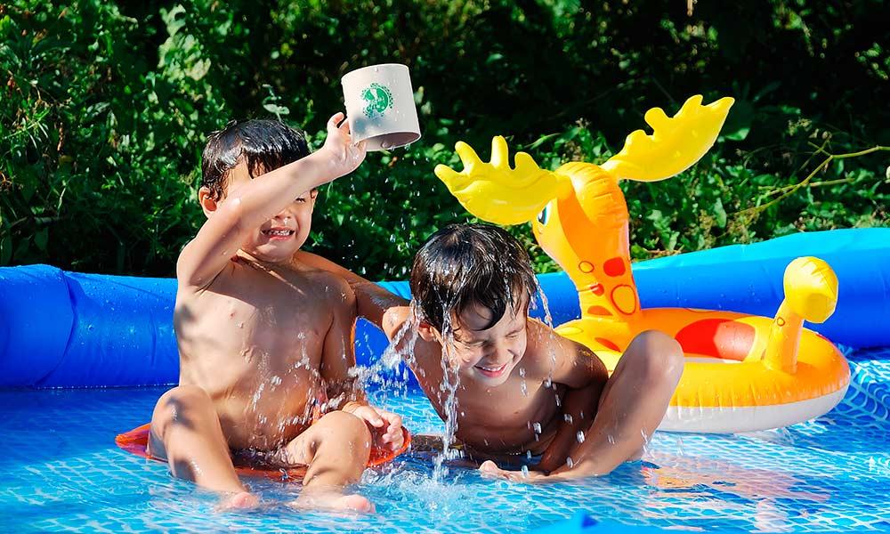 Дети балуются в бассейне