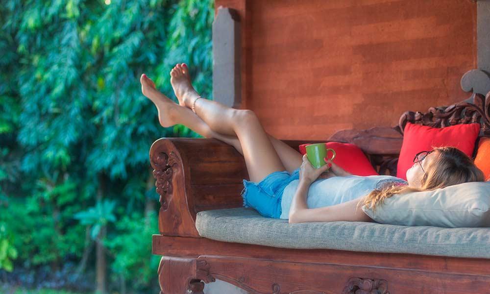 Девушка отдыхает на даче