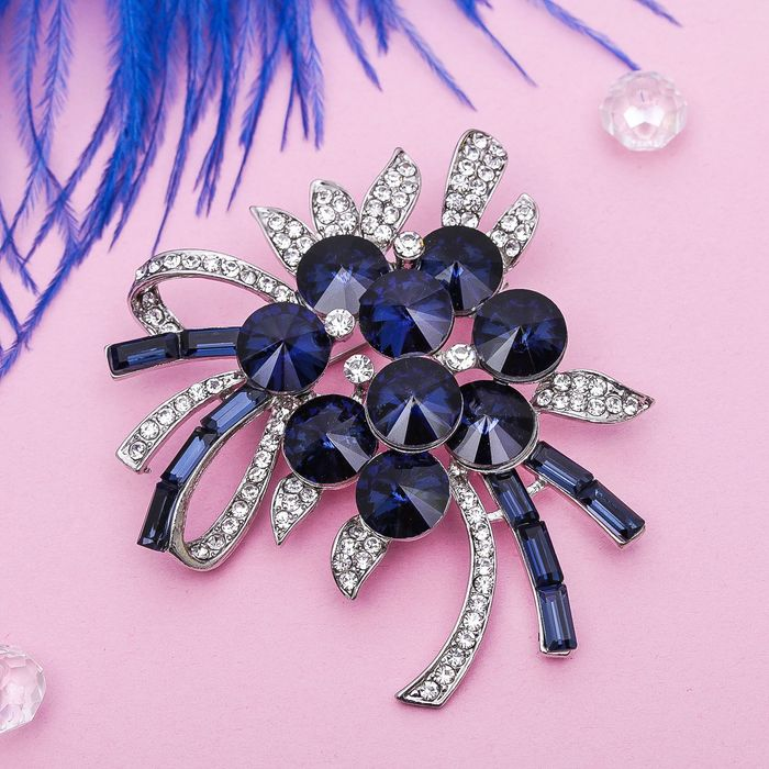 """Брошь """"Цветы в алмазах"""" цвет бело-синий в серебре"""