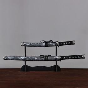Сувенирное оружие «Катаны на подставке», серые ножны с цветами Ош