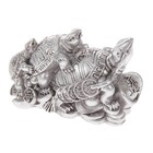 "Нэцкэ полистоун серебро ""Три черепахи на монетах со слитком золота"" 6х9,5х4,5 см"
