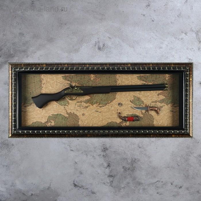 Сувенирное изделие в раме, с двустволка и нож на карте мира
