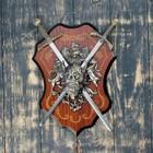 Сувенирное оружие «Геральдика на планшете» с изображением головы демона, два меча
