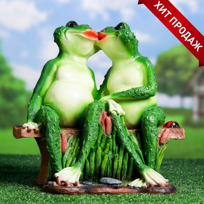 """Садовая фигура """"Целующиеся лягушки на лавочке"""""""