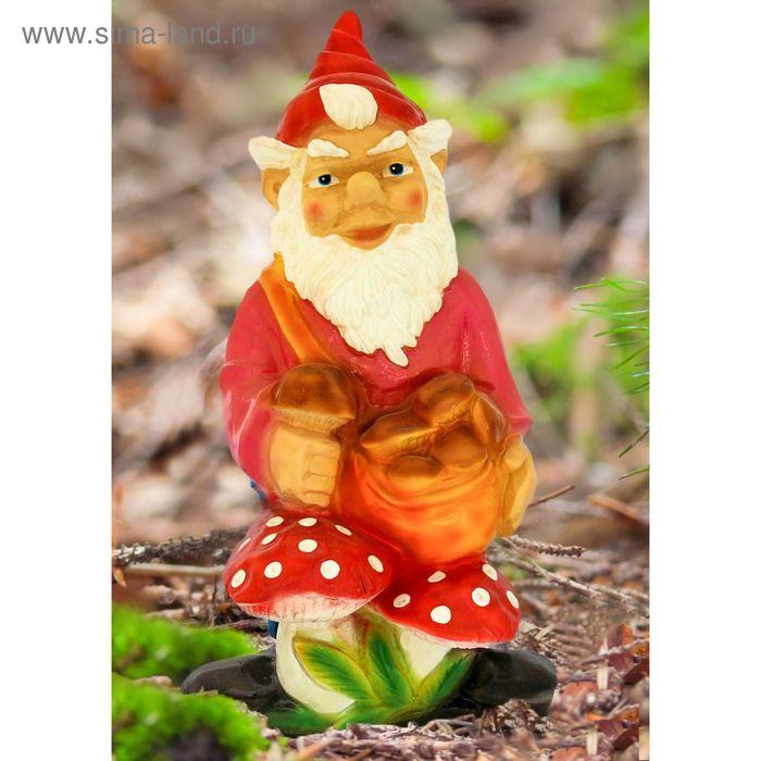"""Садовая фигура """"Гном с грибами"""" красный колпак, малиновый кафтан"""
